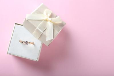 Pierścionek zaręczynowy – różowe złoto?
