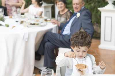 Czy warto zatrudnić nianię na wesele?