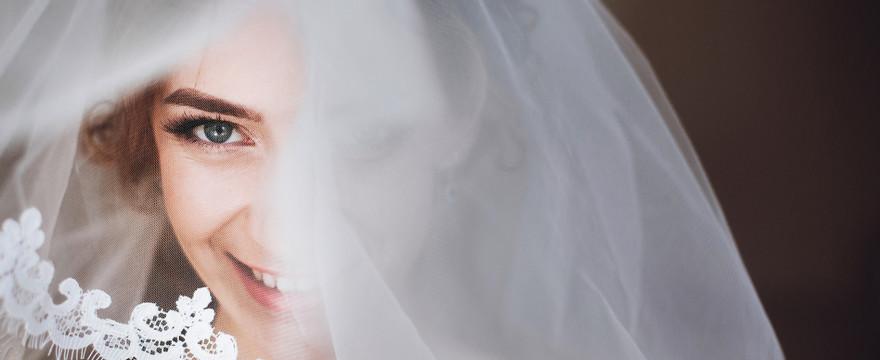 Lekki makijaż na wesele. Zobacz, na jakie kosmetyki warto postawić!