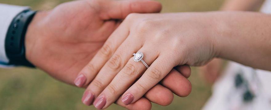 Jak znaleźć idealny pierścionek zaręczynowy?